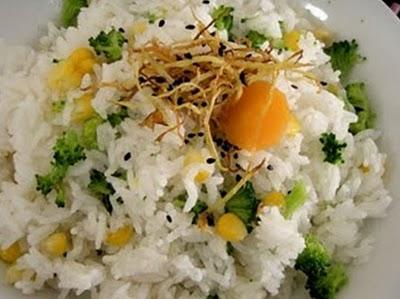 Món chay : Cơm trộn bắp và bông cải xanh .